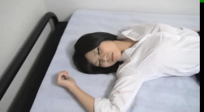 熟睡してるセイフク美10代小娘を収録☆☆