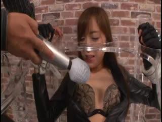 敵の罠に嵌り捕らえられた美しき女スパイ、ボンテージの上から卑猥な拷問を受け快楽に身をヨガらせる